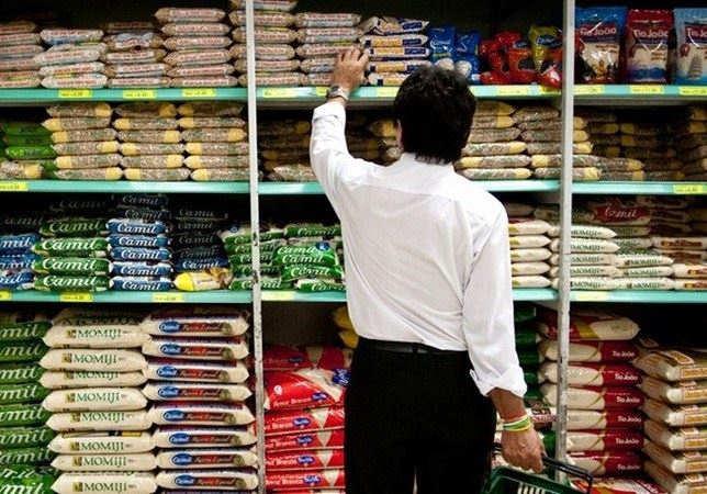 Para comprar cesta básica, brasileiro deveria ganhar quase 4 vezes mais que mínimo