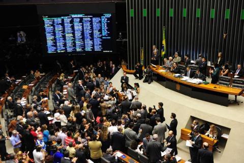 Câmara aprova projeto de lei que dificulta fusão de partidos